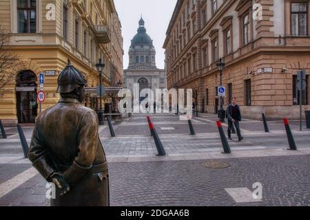 Budapest, Hongrie - 28 mars 2018 : la statue du policier Fat à Budapest, Hongrie. Le frottement de l'estomac du policier de la graisse à l'encens aurait pour effet d'apporter de la matière grasse