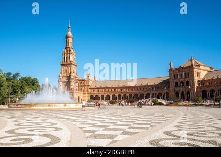 Place espagnole Plaza de Espana à Séville dans une belle journée d'été, Espagne. Banque D'Images