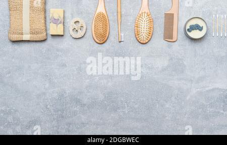 Accessoires de salle de bain zéro déchet sur fond gris. Produit naturel écologique en bambou. Articles de beauté sans plastique.