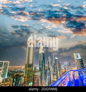 Vue aérienne incroyable sur les gratte-ciel du centre-ville de Dubaï depuis Sheikh Zayed Road, Émirats arabes Unis