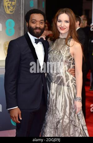 Chiwetel Ejiofor et Saru Mercer arrivent aux EE British Academy film Awards 2014, à l'Opéra Royal, Bow Street, Londres. Banque D'Images
