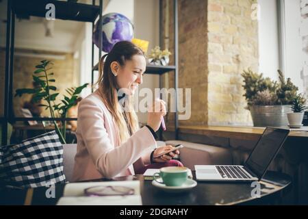 Femme travaillant sur le projet de planification. Rédacteur pigiste utilisant ordinateur portable, téléphone mobile et Internet, travaillant en ligne, resea