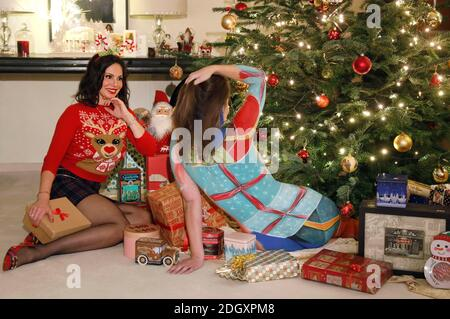 L'heure de l'arrivée avec Dany Michalski. Exclusivité de phototournage avec Dany Michalski et modèle Katey comme un paquet de Noël de bodypainbeck le 6 décembre 2020 - artiste de Bodypainting: Jörg Düsterwald