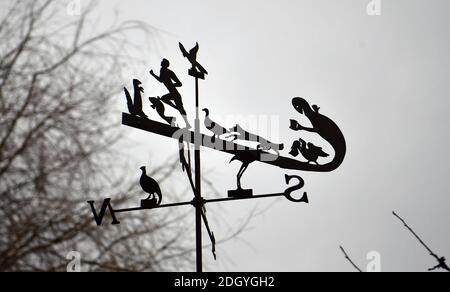 GV du village de Kintbury, près de Hungerford, Berkshire - curieux weathervane, mercredi 2 décembre 2020.