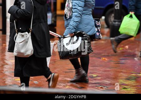 Scènes autour de Broad Street, Reading, Berkshire, le lendemain de la fin de Lockdown 2, jeudi 3 décembre 2020.
