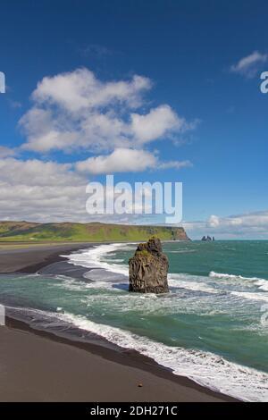 Arnardrangur / Eagle rock, basalte de mer sur la plage de sable noir Reynisfjara près de Vík í Mýrdal en été, Islande