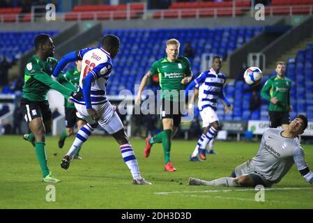 Lucas Joao, de Reading, tire une large partie du panier lors du match de championnat Sky Bet au Madejski Stadium, Reading. Banque D'Images