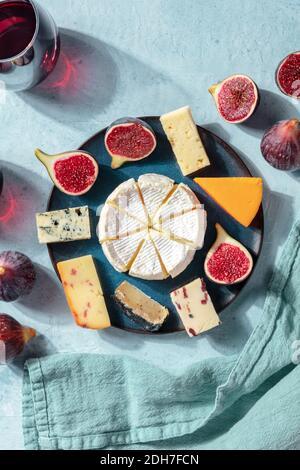 Dégustation de fromage. Une sélection de fromages sur une assiette à figues, en surplomb