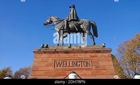 Photos pour une caractéristique sur Wellesley Woodland, Aldershot - automne Weekend Walks caractéristique. Statue de Wellington.