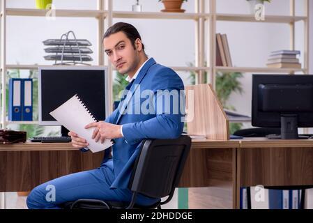 Jeune homme d'affaires employé sur le lieu de travail Banque D'Images