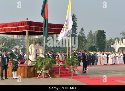 Le pape François est accueilli par le président du Bangladesh, Abdul Hamid, après son arrivée à Dhaka, au Bangladesh, pour la deuxième étape de son voyage de six jours en Asie, le 30 novembre 2017. La visite du Pape François au Myanmar et au Bangladesh se déroule du 27 novembre au 02 décembre 2017. Photo par ABACAPRESS.COM
