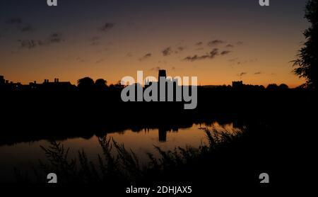 Un coucher de soleil d'automne près des rives de la rivière Wear dans la ville de Durham. Photos de la cathédrale de Durham photo prise le 16 octobre 2020
