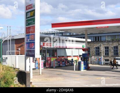GV des garages ESSO SPAR Euro sur Brandlesholme Road, Bury, jeudi 1er octobre 2020. La chaîne de supermarchés Asda doit être vendue à deux frères de Blackburn dans le cadre d'un marché d'une valeur de 6,8 milliards de livres sterling. Les nouveaux propriétaires, Mohsin et Zuber Issa, qui ont soutenu la société d'investissement TDR Capital, ont fondé leur entreprise de garages européens en 2001 avec une seule station-service à Bury qu'ils ont achetée pour 150,000 £. L'entreprise a désormais des sites en Europe, aux États-Unis et en Australie et des ventes annuelles d'environ 18 milliards de livres sterling.