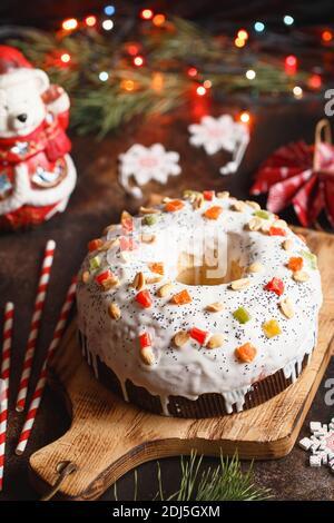 Gâteau de Noël avec fruits et noix. Gâteau aux fruits. Cuisson de Noël. Préparatifs pour les vacances. Table des desserts de Noël. Idée cadeau