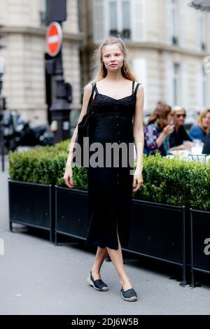 Street style, en arrivant au Dior automne-hiver 2016-2017 haute Couture show tenu à l'Avenue Montaigne, à Paris, France, le 4 juillet 2016. Photo de Marie-Paola Bertrand-Hillion/ABACAPRESS.COM