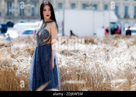 Street style, arrivée au salon Schiaparelli automne-hiver 2016-2017 haute Couture qui s'est tenu à la place Vendôme, à Paris, en France, le 4 juillet 2016. Photo de Marie-Paola Bertrand-Hillion/ABACAPRESS.COM