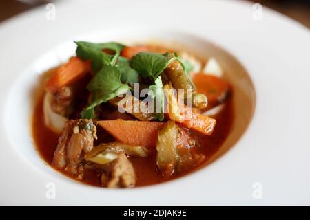 Assiette avec soupe Lagman dans le restaurant ouzbek