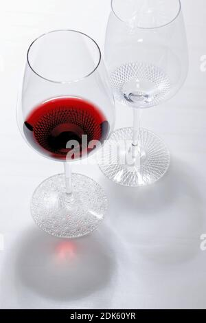 La photo non datée montre des verres à vin fabriqués par Muromachi Glass Art basé à Tokyo en utilisant une méthode japonaise traditionnelle de coupe du verre appelée « Edo Kiriko ». Les couleurs claires et les motifs délicats sont coupés en verre selon la méthode établie par un opérateur de verrerie à Edo, l'ancien nom de Tokyo, dans les années 1830. (Kyodo)==Kyodo photo via crédit: Newscom/Alay Live News Banque D'Images