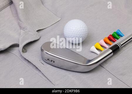 Détail de polo gris et équipements de golf Banque D'Images