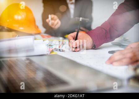 Tasse de café, vue sur le dessus du studio, bureau en cuir table avec café et fournitures. Vue de dessus avec espace de copie