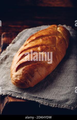 Une miche de pain sur une table en bois