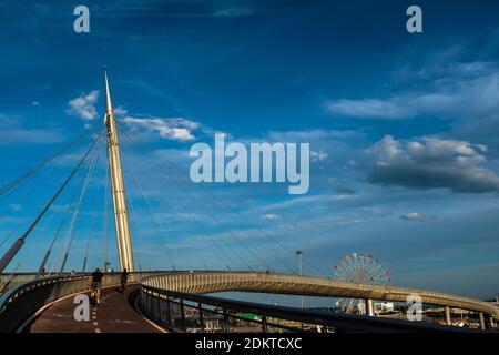 Vue sur le Ponte del Mare, un pont vélo-piéton situé à Pescara (Italie). Vue sur la rampe d'accès de la piste cyclable du côté nord et de la F