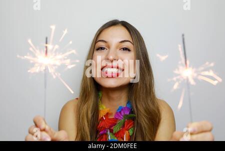Adorable jeune femme posant avec des feux de Bengale. Beautiful Girl holding cierges et rire dans la nouvelle année. Banque D'Images