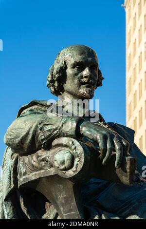 Chicago, Illinois / États-Unis - 9 décembre 2020 : statue de William Shakespeare à Lincoln Park, dans une belle matinée d'hiver. Banque D'Images