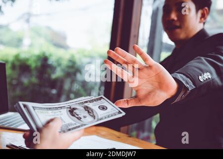 Homme d'affaires refusant de l'argent pour prendre le pot-de-vin le concept de corruption et de lutte contre la corruption