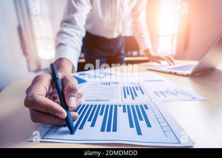 Le comptable ou l'expert financier d'un homme d'affaires analyse le graphique du rapport d'affaires et le graphique financier au bureau de l'entreprise. Concept de l'économie financière, des affaires bancaires et de la recherche boursière.