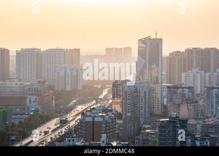 Chengdu, province du Sichuan, Chine - Sept 21, 2019: l'autoroute urbaine et la ligne d'horizon dans la lumière du jour Banque D'Images