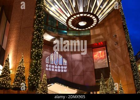 Vue rapprochée de la façade moderne du centre commercial 'Schadow-Arkaden' du centre-ville de Düsseldorf avec éclairage de Noël.