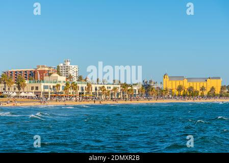 MELBOURNE, AUSTRALIE, 1er JANVIER 2020 : les gens profitent d'une journée ensoleillée sur une plage à St. Kilda, en Australie