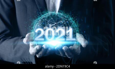 2021 concept de technologie futuriste homme main tenant la terre avec le monde technologie de communication en réseau, y compris la terre 2021 d'énergie pour l'envirionment