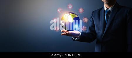 Image composite numérique de l'homme d'affaires Holding Globe