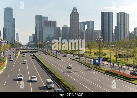 Chengdu, province du Sichuan, Chine - Sept 21, 2018: le trafic automobile sur l'avenue Tianfu de Chengdu avec toits du sud Banque D'Images
