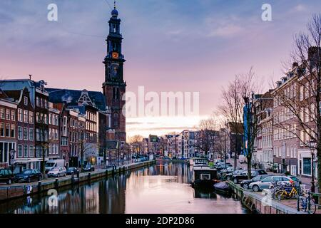 Canaux d'Amsterdam dans la lumière du soir, canaux hollandais à Amsterdam Hollande pays-Bas pendant l'hiver aux pays-Bas. Europe Banque D'Images