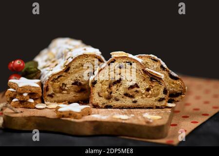 Tranches de gâteau allemand Stollen, pain aux fruits aux noix, épices et fruits secs ou confits, enrobés de sucre en poudre traditionnellement servi pendant le CH