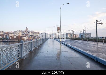 Vue depuis le pont de Galata, Istanbul en Turquie, le 6 décembre 2020. Les rues d'Istanbul, qui sont vides en raison du couvre-feu le week-end.