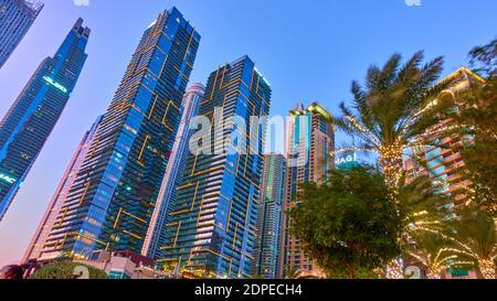 Dubai, Émirats Arabes Unis - 30 janvier 2020 : bâtiments modernes de la Marina de Dubaï la nuit, Émirats Arabes Unis