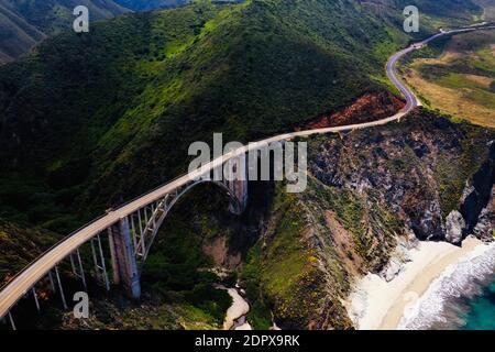 Vue aérienne du pont de Bixby Creek en montagne