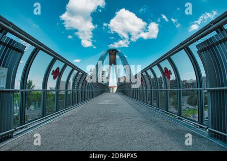 Milan, Italie 08.03.2020: Vélo moderne et passerelle piétonne reliant la place Gino Valle au parc Portello de Milan Banque D'Images