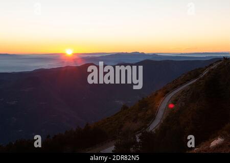 Route de montagne avec vues spectaculaires sur différentes chaînes de montagnes avec coucher ou lever du soleil. Montseny, Montserrat, Turo de l'Home, Barcelone, Catalogne,