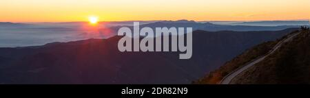 Route de montagne avec vue spectaculaire sur les chaînes de montagnes avec coucher ou lever du soleil, vue panoramique. Montseny, Montserrat, Turo de l'Home, Barcelone, Catal