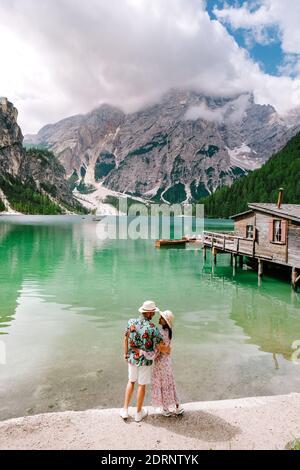 Beau lac dans les alpes italiennes, Lago di Braies, un couple en vacances dans les Alpes italiennes Italie Dolomites prages wildsee Banque D'Images