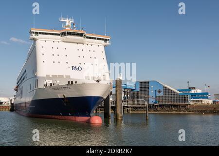 ROTTERDAM EUROPOORT, PAYS-BAS - 29 FÉVRIER 2016 : le ferry Pride of Hull est amarré au terminal de P&O North Sea Ferries à Rotterdam Euro Banque D'Images