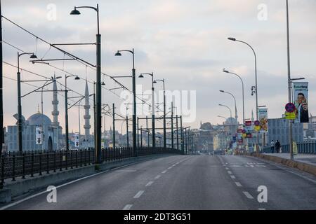Vue vide sur la rue depuis le pont de Galata, Istanbul en Turquie le 6 décembre 2020. Les rues d'Istanbul, qui sont vides en raison du couvre-feu.