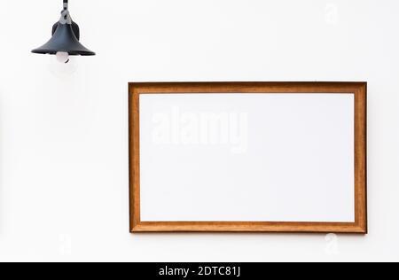 cadre photo en bois brun au mur de ciment blanc - arrière-plan Banque D'Images
