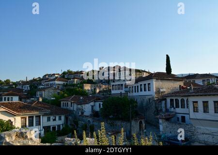 Bâtiments de la ville contre le ciel bleu clair