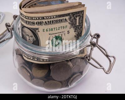 Gros plan de l'argent en pot sur fond blanc